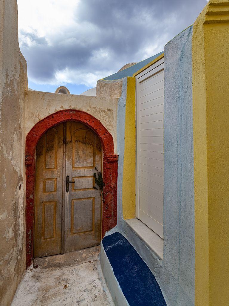 Eingang in Emborio. Gegensatzu zu einer schönen, traditionellen Tür und einer 0-8-15-Tür rechts. (c) Tobias Schorr