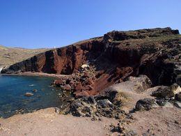 """Der """"rote Strand"""" auf Santorin ist durch Steinschlag gefährdet!"""