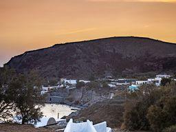 Der Blick vom Hotel auf den Vulkan am roten Strand. (c) Tobias Schorr