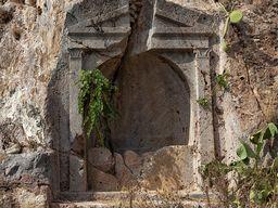 Antikes Grab von Echidna. (c) Tobias Schorr