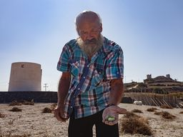 Herr Stavros sammelte Tomaten auf einem aufgelassenen Feld. (c) Tobias Schorr
