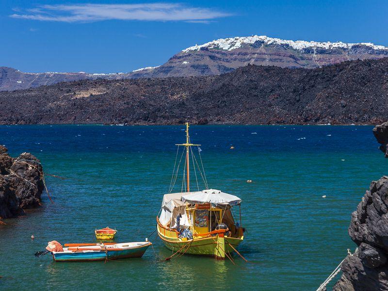Fischerboot im kleinen Hafen von Palia Kameni (c) Tobias Schorr