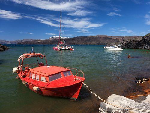 Das Boot von Sosti im Hafen von Palia Kameni (C) Tobias Schorr