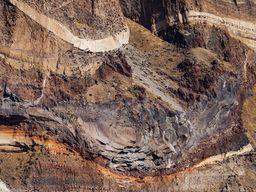 Querschnitt durch einen ehemaligen Lavastrom in den Kalderawänden. (c) Tobias Schorr