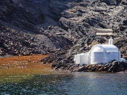 Die Kapelle Agios Nikolaos auf der Insel Palea Kameni. Daneben die warmen Quellen. (c) Tobias Schorr