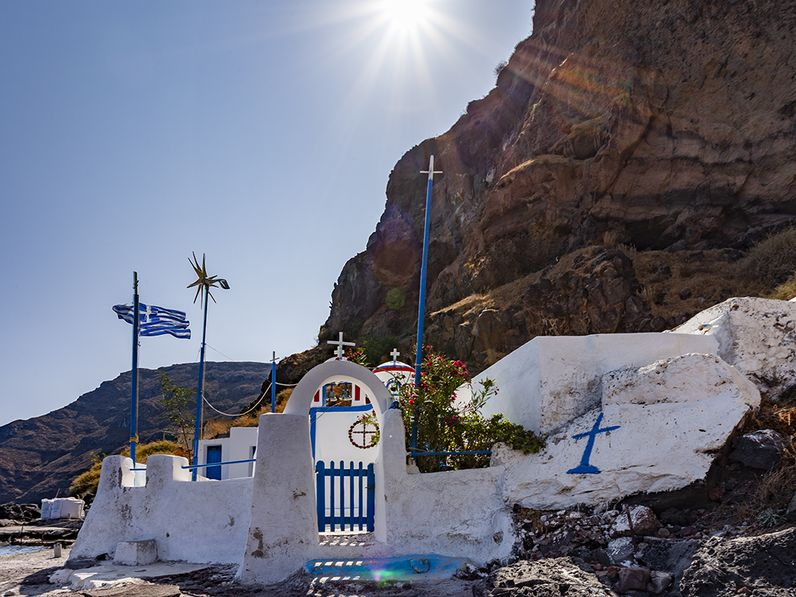Die Kapelle Agios Nikolaos am Korfos-Hafen auf der Insel Thirasia. (c) Tobias Schorr 2020