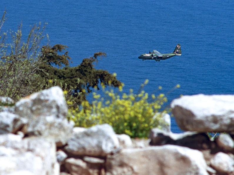 Ein Militärtransporter C-130 im Anflug auf den Flughafen Santorin. (c) Tobias Schorr
