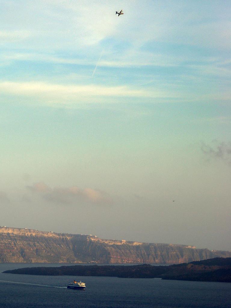 Ein Militärflugzeug (C-130) über der Caldera. (c) Thomas Reimers