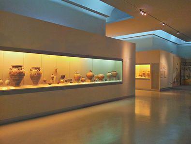 Die Vitrinen des neuen archäologischen Museums von Thira/Santorin beinhalten sensationelle vorgeschichtliche Funde