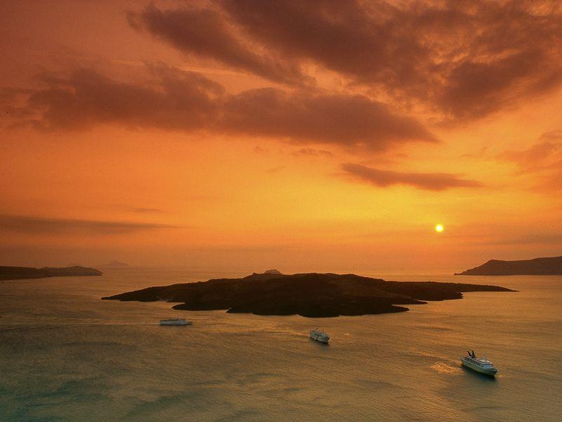 Sonnenuntergang über der Vulkaninsel Nea Kameni (c) Tobias Schorr
