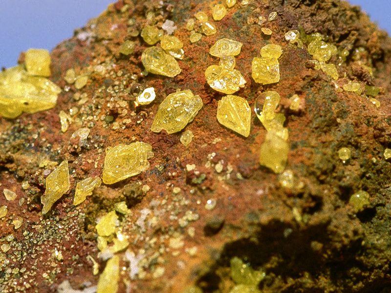 Schwefelkristalle von den Fumarolen im Georgios-Krater (c) Tobias Schorr