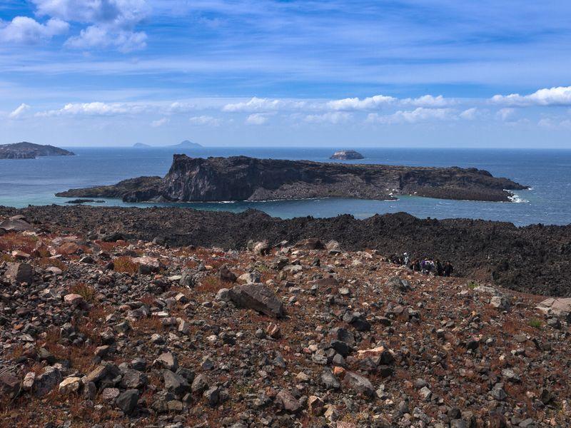 Blick von der Vulkaninsel Nea Kameni auf die Insel Palia Kameni (c) Tobias Schorr