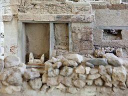 Kleines Heiligtum mit Stieraltar in der Ausrgabung von Akrotiri. (c) Tobias Schorr